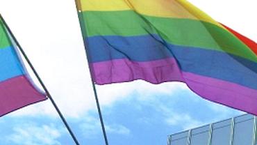 DGB hisst Regenbogenflagge vor dem Gewerkschaftshaus