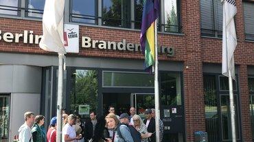 ver.di Berlin/Brandenburg - Hissen der Regenbogenfahne 2018