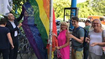 Hissen der Regenbogenfahne vor dem ver.di Haus in Berlin 2019