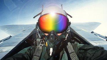 Jet-Pilot mit Regenbogenhelmvisier