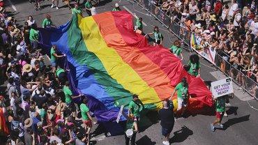 Pride Flagge von vielen getragen, international