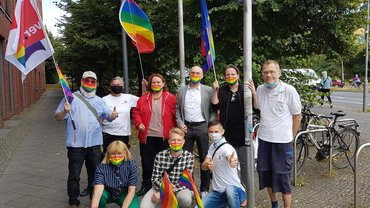 Hissen der Regenbogenfahne vor dem ver.di Landesbezirk Berlin/Brandenburg 2020