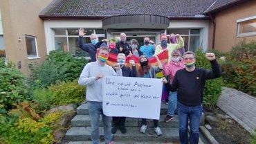 """Die Teilnehmenden des Seminars """"Internationale LSBTTIQ Gewerkschaftsarbeit"""" zeigen Solidarität mit den Kolleg*innen des öffentlichen Dienstes"""