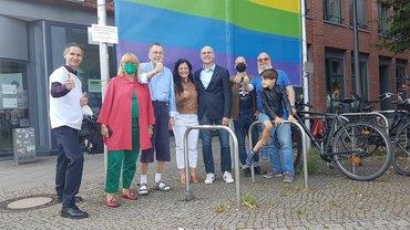 Hissen der Regenbogenfahne vor dem ver.di Landesbezirk Berlin/Brandenburg 2021